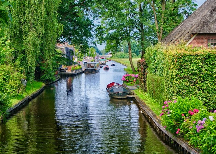 an image of the canals of Giethoorn