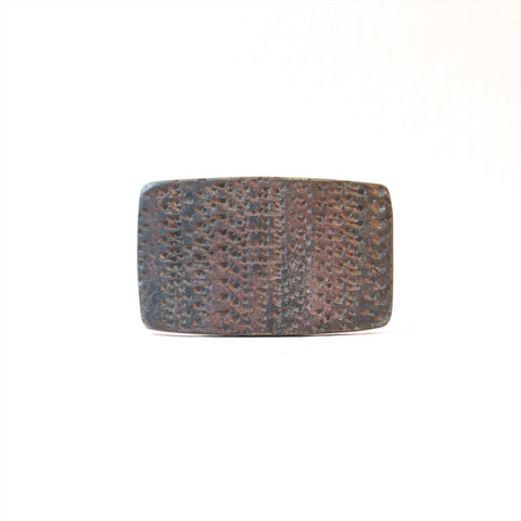 Medium point textured buckle