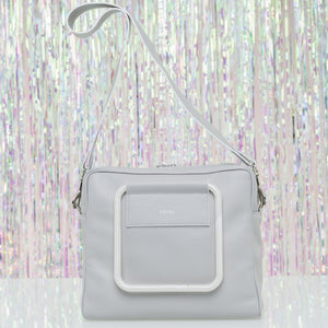The Square is an artisanal crossbody bag. Their white pearl effect is very stilysh and its soft leather will amuse you a long the way. Handcrafted in Barcelona.