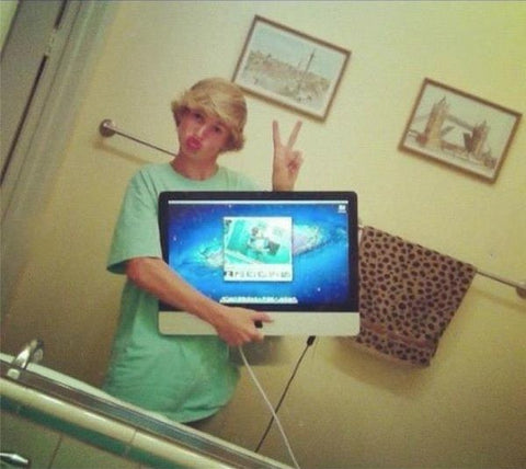 Using Laptops or iPads To Take The Picture In A Mirror.
