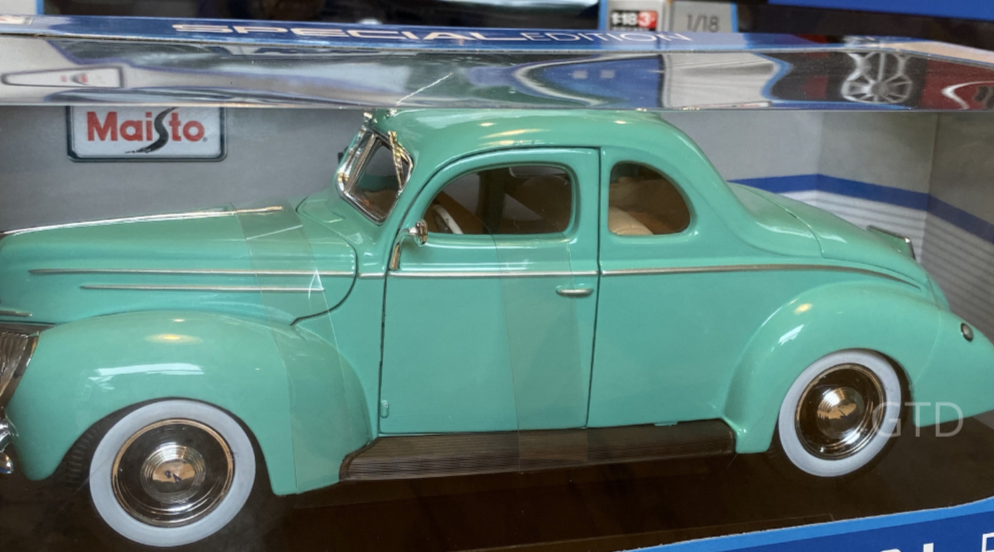 Special Edition Ford Deluxe Coupe-Mint 1939 Green scale 1:18 model car diecast