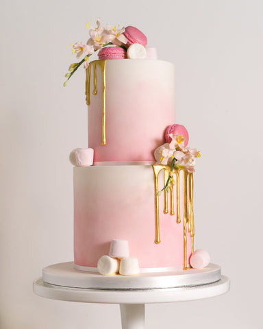 Wedding drip cake in pink with macarons