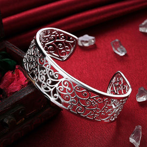 Fashion Atmospheric Hollow Pattern Bangle