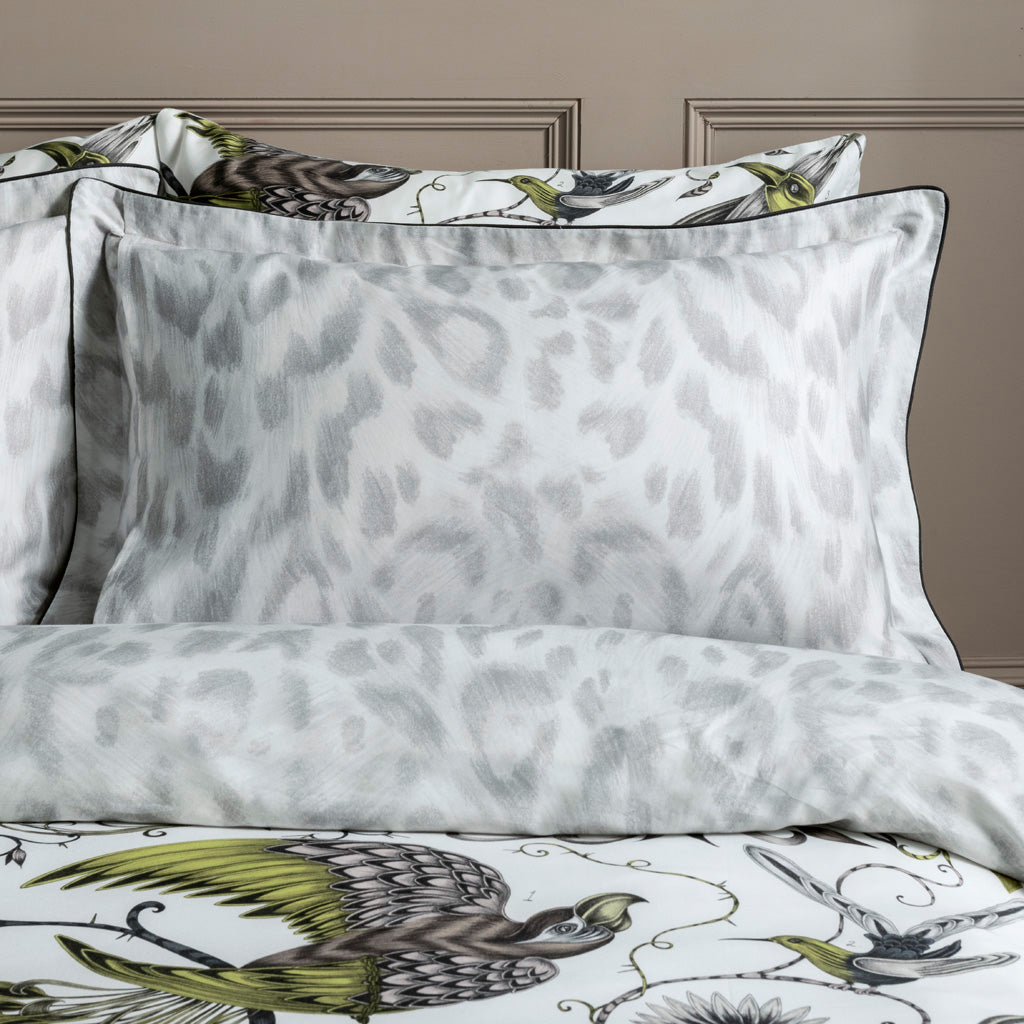 The reverse side of the Audubon Gold Oxford Pillowcase featuring the Felis design to add a touch of maximalism to a bedroom with an otherwise neutral colour scheme.