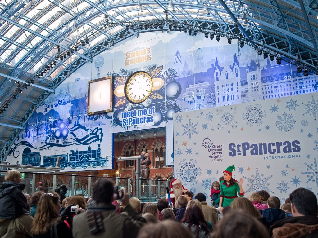 the world's largest Advent calendar was built in 2007 at the St. Pancras train station in London