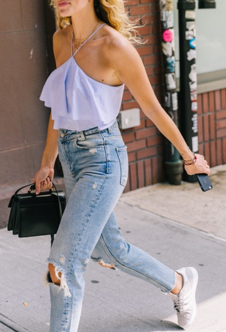 Street style inspiration - Cami jeans sneakers