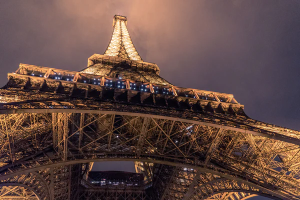 the Eiffel tower light up at night