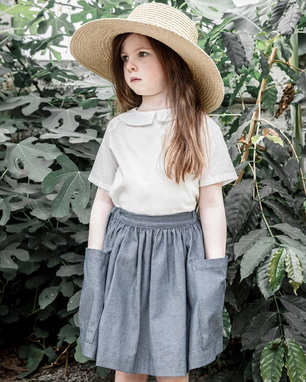 Peter Pan collar shirt buttoned in back