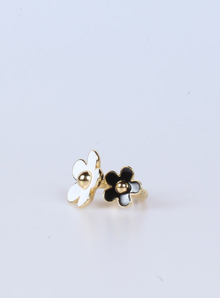 Black & White Daisy Flower Ring