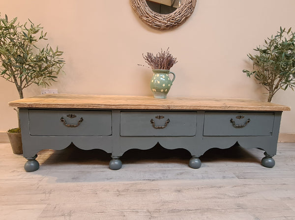 Antique distressed side/coffee table
