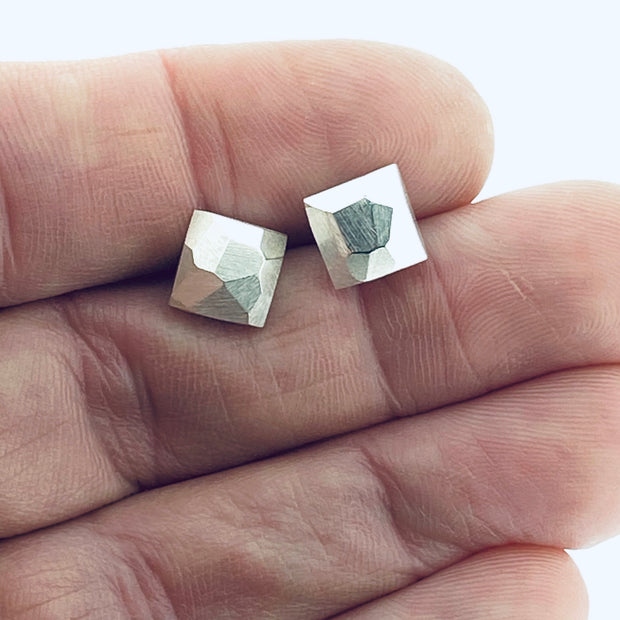 Faceted stud earrings - square