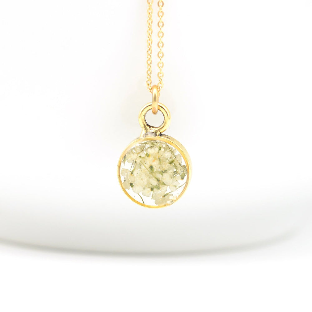 Dainty flower necklace gold