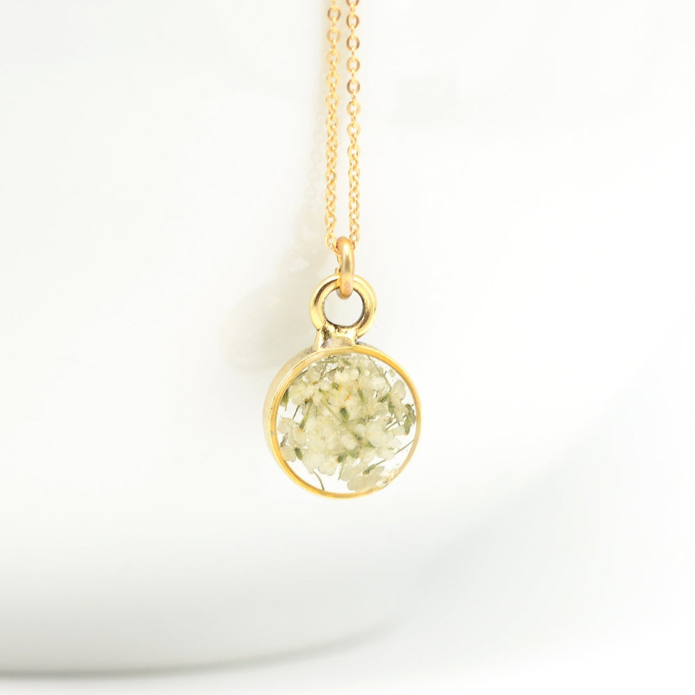 Delicate flower necklace in gold