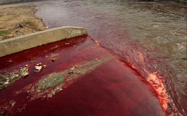 Pollution from a textile dyeing plant