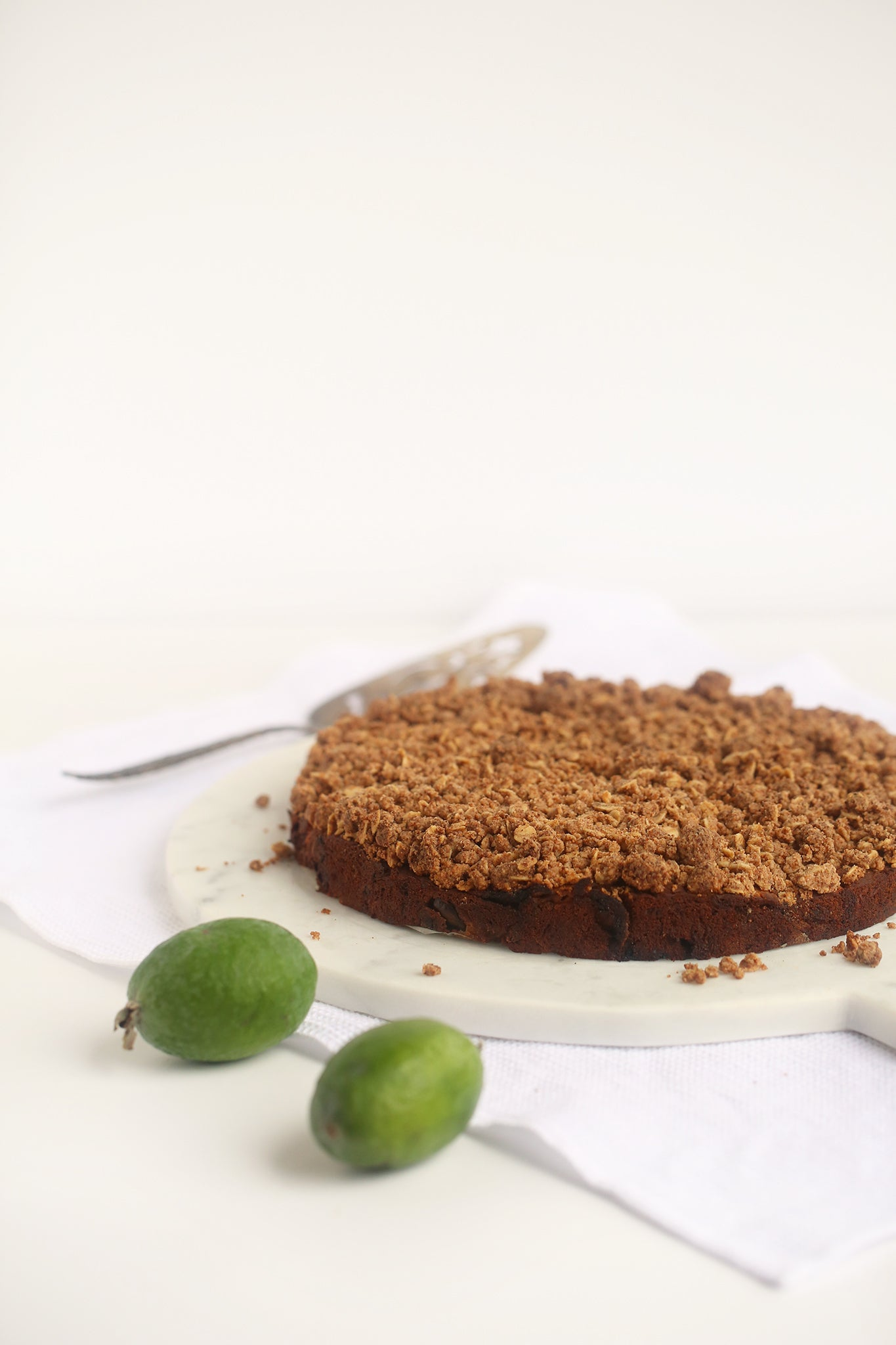 FEIJOA CRUMBLE CAKE the absolute best way to use up all your excess feijoas! #vegan #glutenfree #dairyfree #eggfree #lowsugar #healthy #recipe #begoodorganics