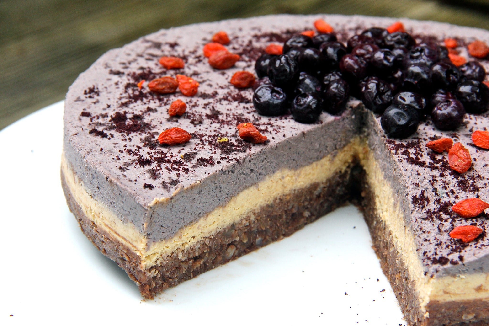 Raw Summer Superfood Cake #healthy #vegan #cake #recipe #dairyfree #sugarfree #glutenfree #plantbased #begoodorganics