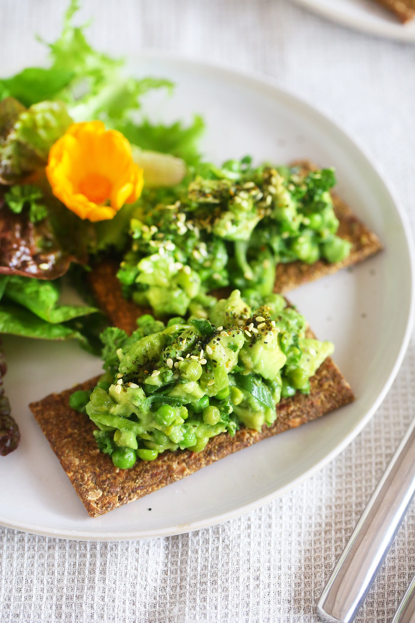 The best ever AVOCADO AND PEA SMASH! - easy, 10 minutes, vegan, plant based, dairy free, healthy, gluten free, lunch, snack, recipe, begoodorganics 1