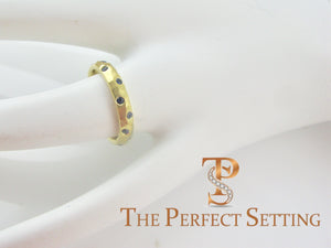 18K yellow gold sapphire hammered ring Hand