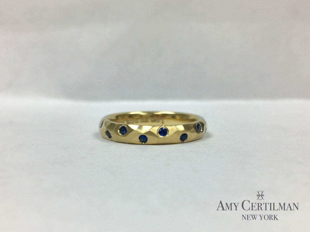 18K gold hammered ring with sapphires