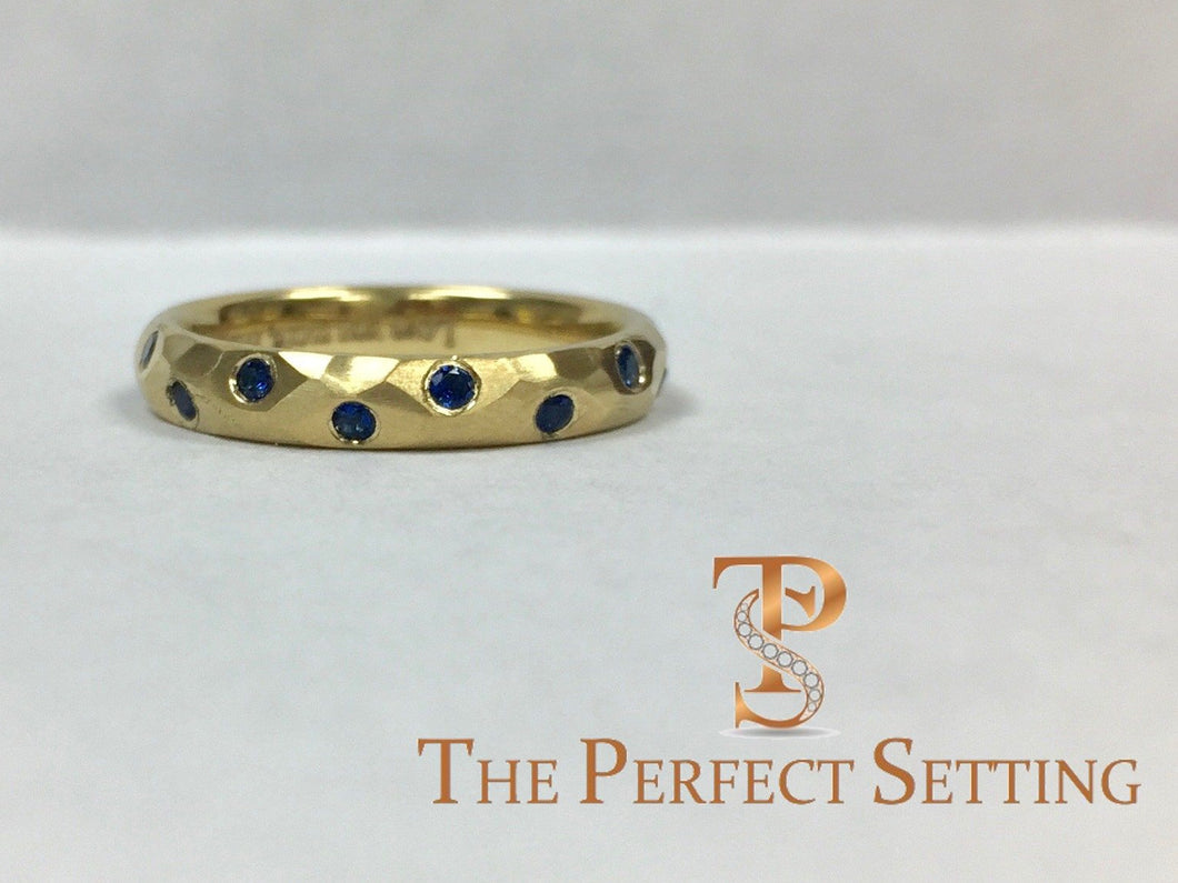 18K yellow gold sapphire hammered ring