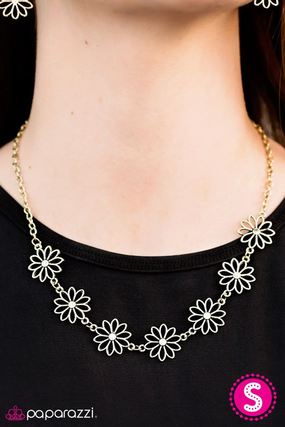 crazy-for-daisies-necklace-paparazzi-accessories