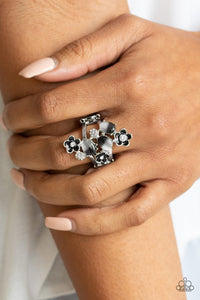 daisy-delight-black-ring-paparazzi-accessories