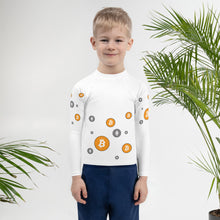 Laden Sie das Bild in den Galerie-Viewer, 👕 Kinder-Rashguard mit Bitcoin Muster - Best Bitcoin Shirt Shop für Deutschland, Österreich, Schweiz. Top Qualität, 3-5 Tage geliefert und Krypto, Paypal Zahlung