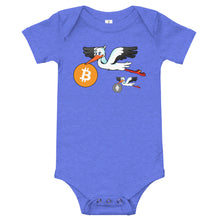 Laden Sie das Bild in den Galerie-Viewer, 👕 ✏️T-Shirt Bitcoin Baby Storch (Mit individuellem Text) - Best Bitcoin Shirt Shop für Deutschland, Österreich, Schweiz. Top Qualität, 3-5 Tage geliefert und Krypto, Paypal Zahlung