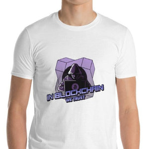 👕 Kurzärmeliges In Blockchain we trust T-shirt - Best Bitcoin Shirt Shop für Deutschland, Österreich, Schweiz. Top Qualität, 3-5 Tage geliefert und Krypto, Paypal Zahlung
