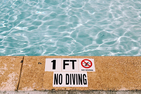 no diving pool sign