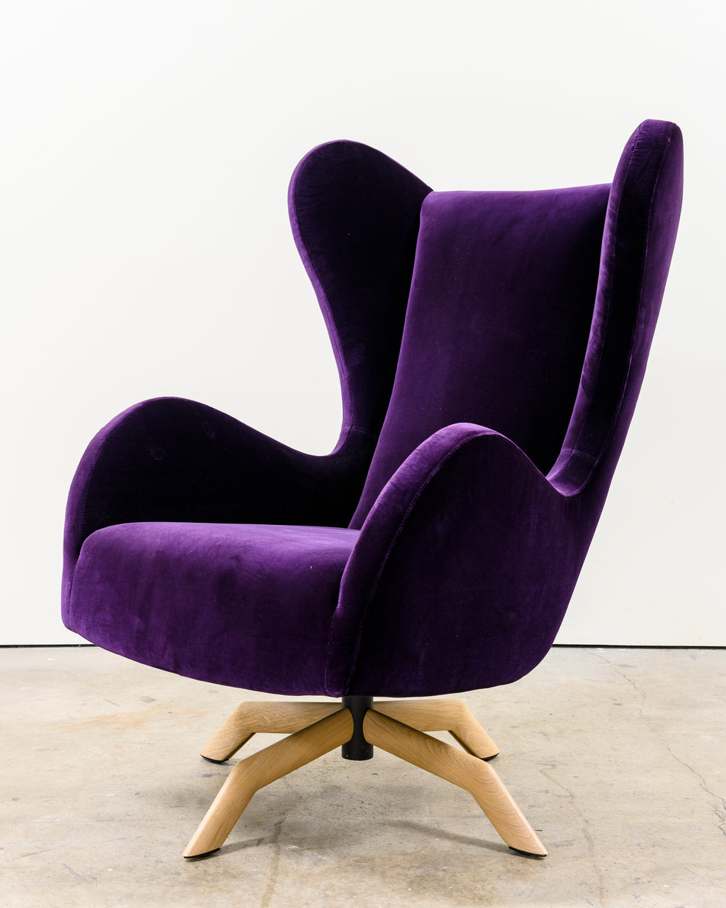 Felix Chair, Velvet Purple, Demo