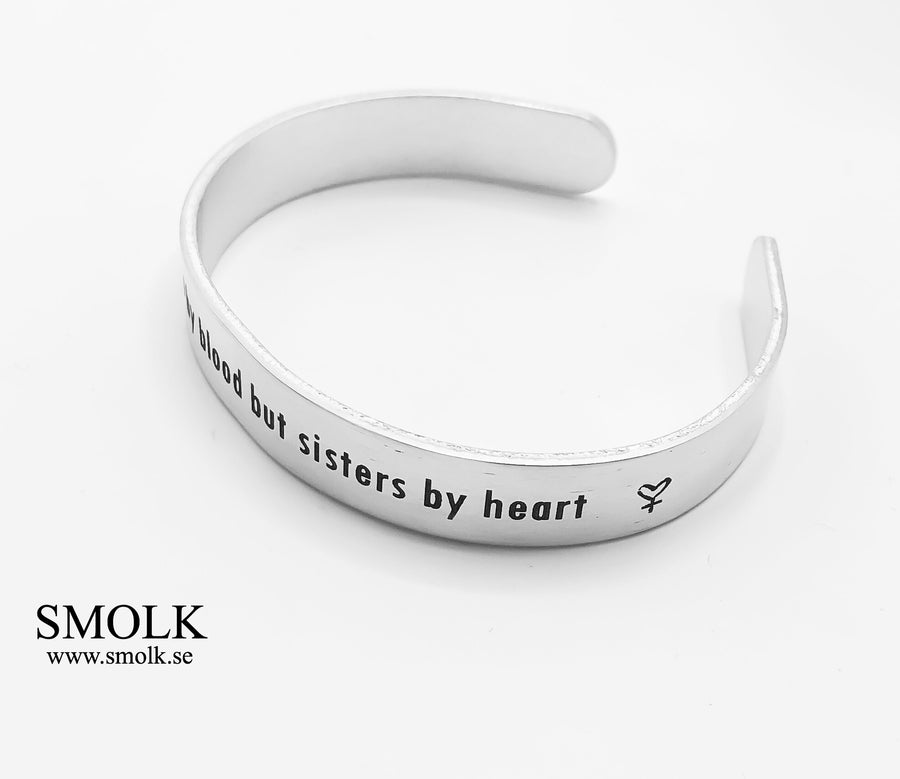 "Not sisters by blood but sisters by heart (+ ""kvinnohjärta"") Armband 9 mm"