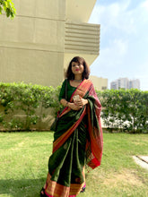 Load image into Gallery viewer, Rich zari pallu and border Linen saree