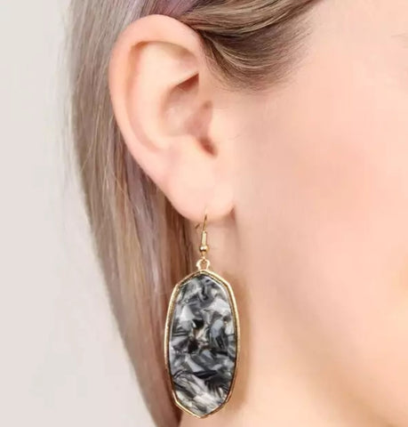 Show Off Oval Earring: Black