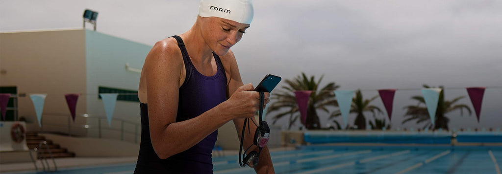 swimmer preparing for a swim with the FORM Goggles