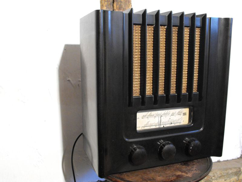 A Fully Operational Art Deco Bakelite Murphy SAD94S Vintage Radio