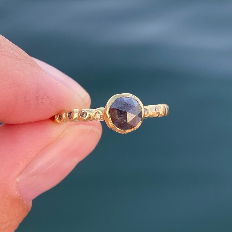 Medium Pebble Micro Pebble Ring with Diamonds in 18k Gold