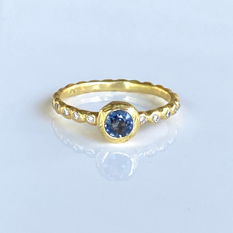 Medium Pebble Micro Pebble Ring with Blue Sapphire in 18k Green Gold