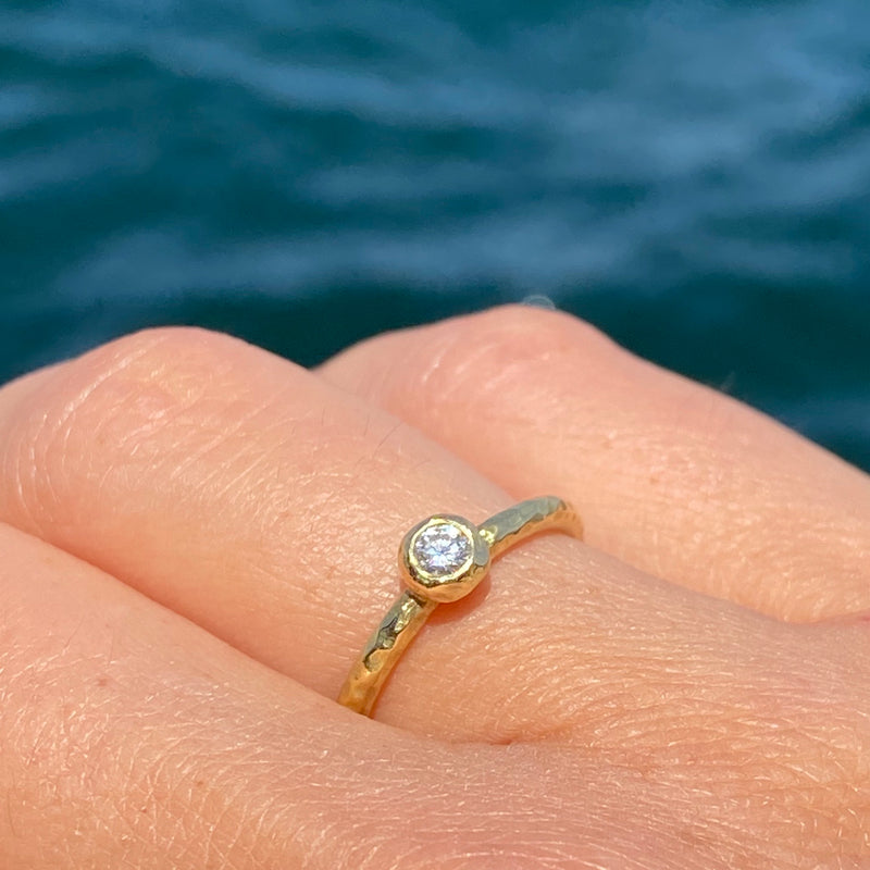 Single Pebble Ring with White Diamond in 18k Yellow Gold