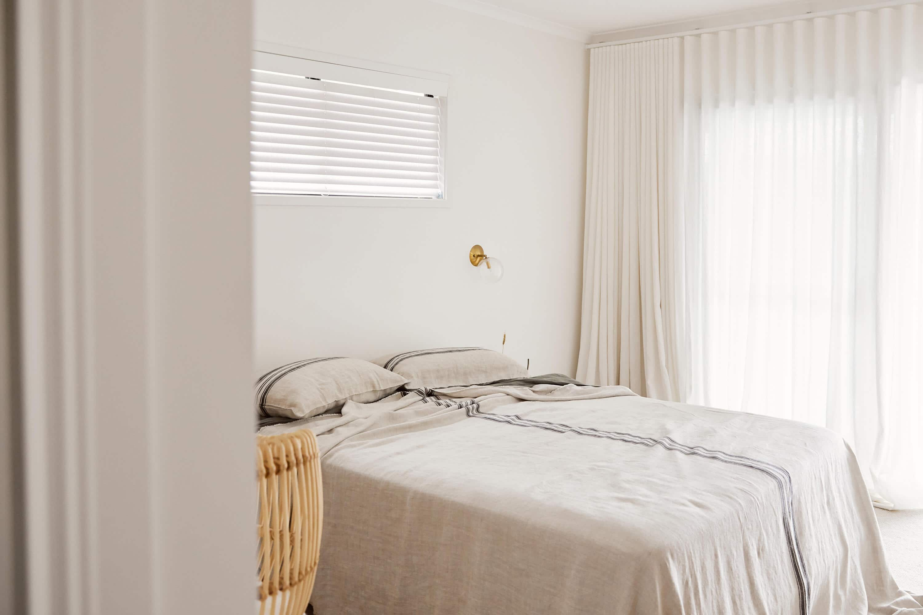 Linen bed cover and linen sheets by IN BED