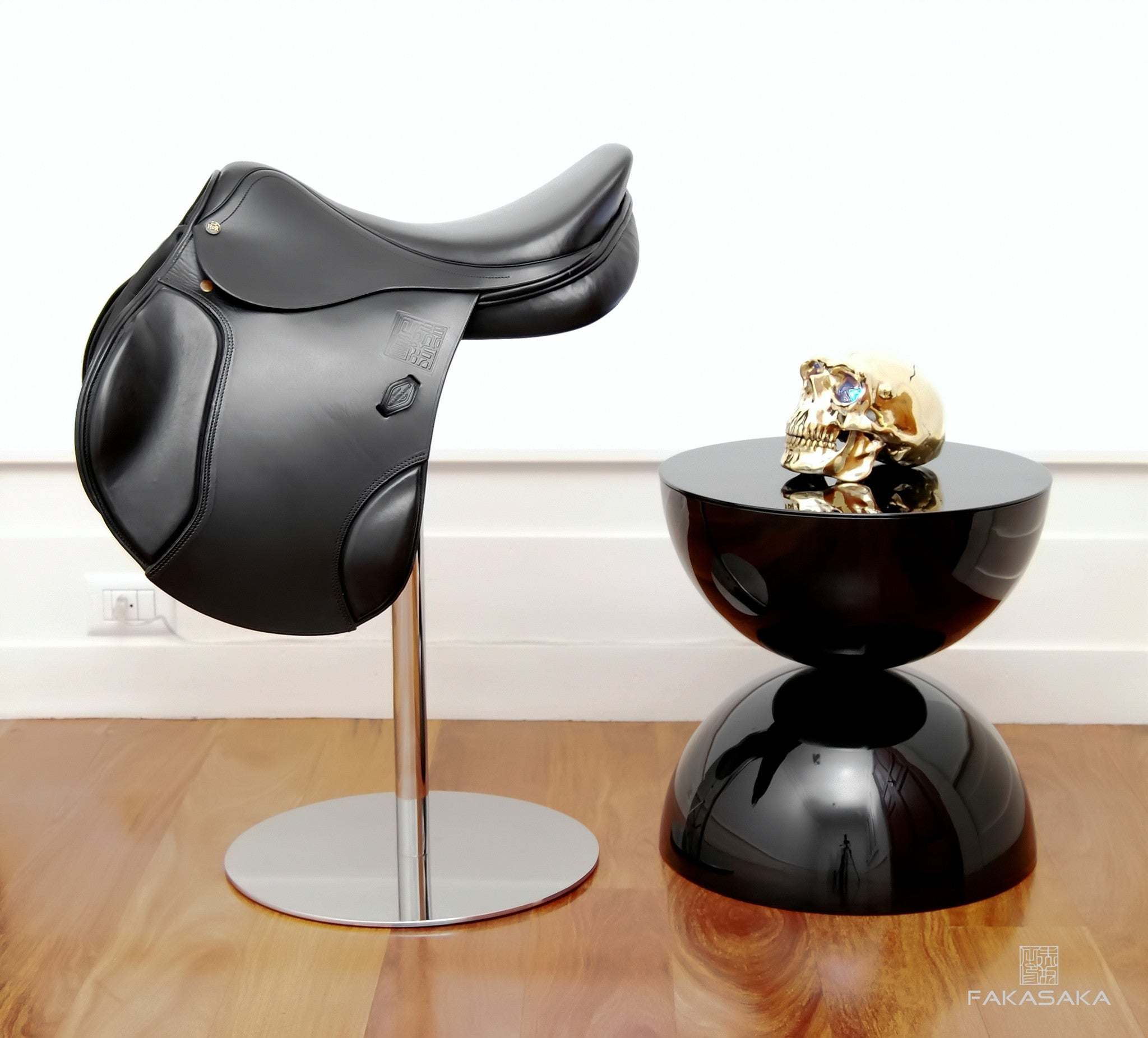 FA11 SIDE TABLE / DRINK TABLE<br><br>BLACK GLASS ON TOP<br>LACQUER BLACK