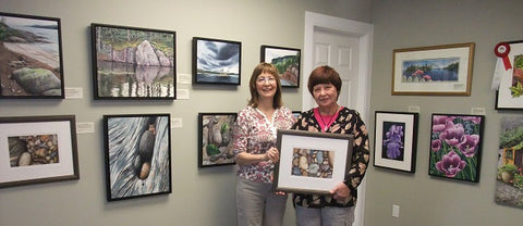 Karen Richardson with the winner of her painting Rocks of the Rock