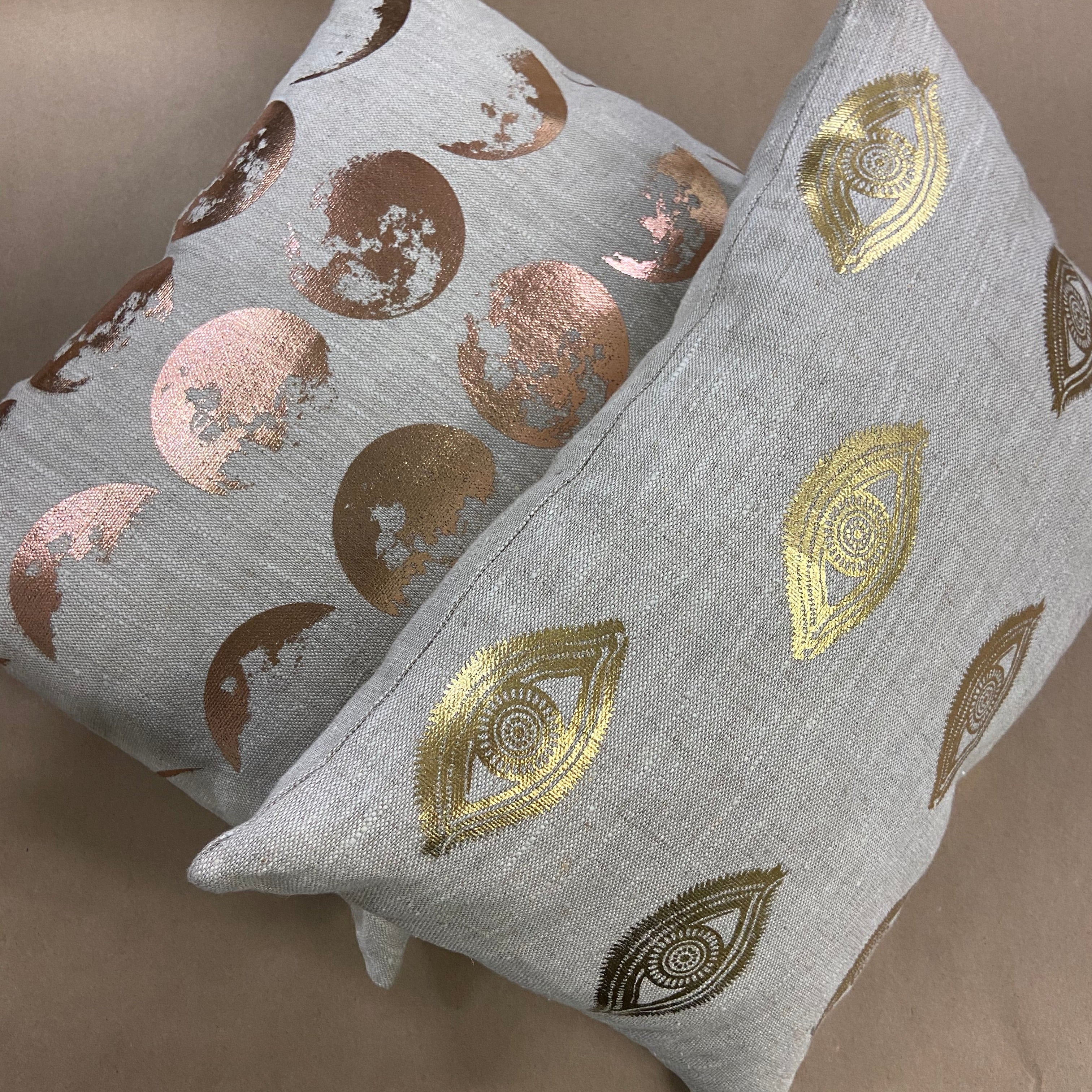 eye see you  in the world    pillows