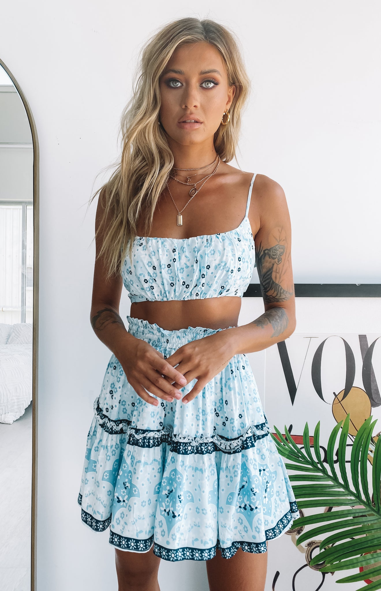 https://files.beginningboutique.com.au/Bird+Of+Paradise+Boho+Crop+Top+Blue+Floral.mp4