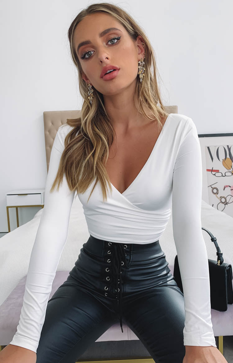 https://files.beginningboutique.com.au/Chiara+Long+Sleeve+Crossover+Bodysuit+White.mp4