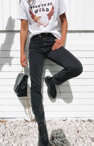 https://files.beginningboutique.com.au/Ezra+boyfriend+jeans+blacks.mp4