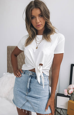https://files.beginningboutique.com.au/Dani+Front+Knot+Tee+White+.mp4