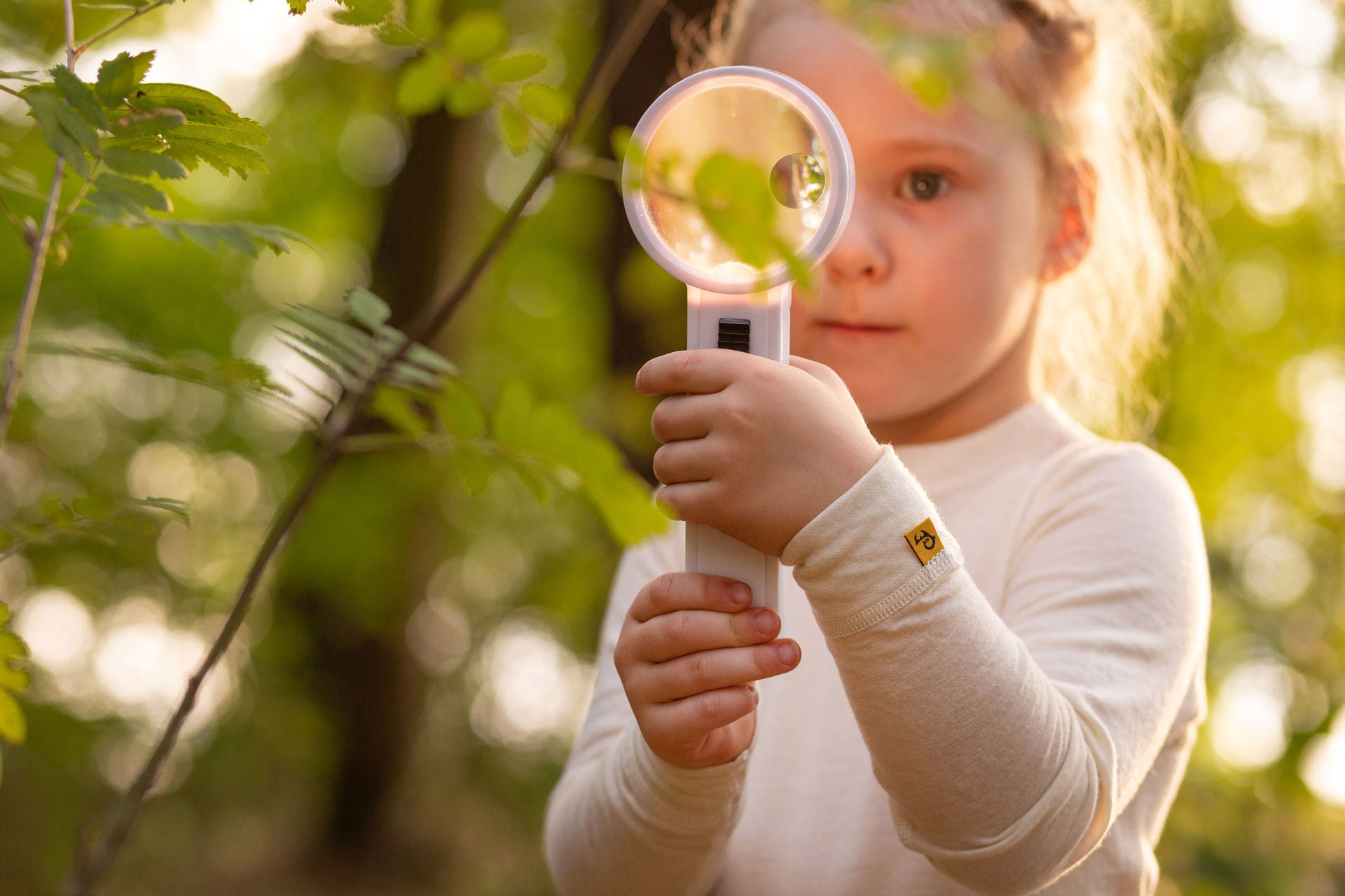 Little-girl-looking-through-magnifying-glass