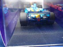 Laden Sie das Bild in den Galerie-Viewer, SCALEXTRIC C2677 Ferrari No. 2 & C2581 Renault No. 7 analog NEU & OVP