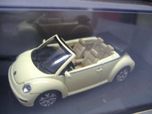 Laden Sie das Bild in den Galerie-Viewer, Auto Art 59754 Standmodell  VW New Beetle Cabriolet 1:43 Neu & OVP
